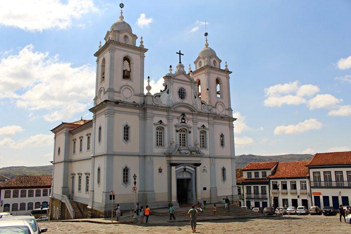 Catedral Metropolitana de Santo Antônio da Sé. Aos fundos, Prefeitura. Diamantina