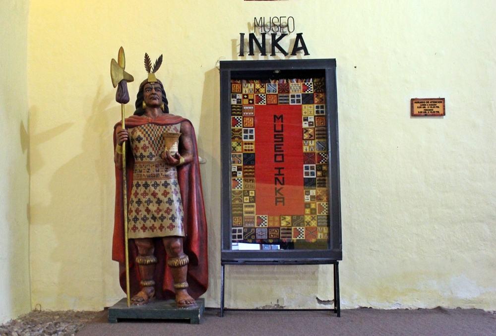 Representação de Pachacútec, na entrada do Museu Inka, em Cusco, Peru.