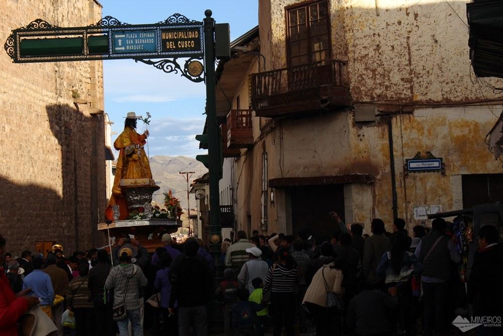 Procissão nas ruas de Cusco Peru