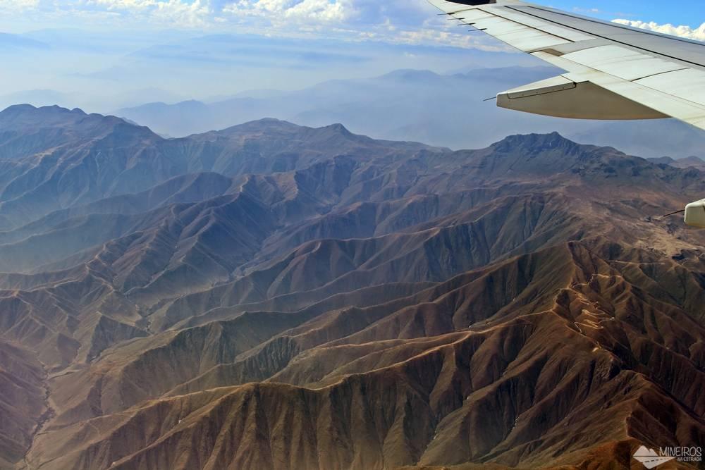 Vista da Cordilheira dos Andes no voo entre Lima e Cusco