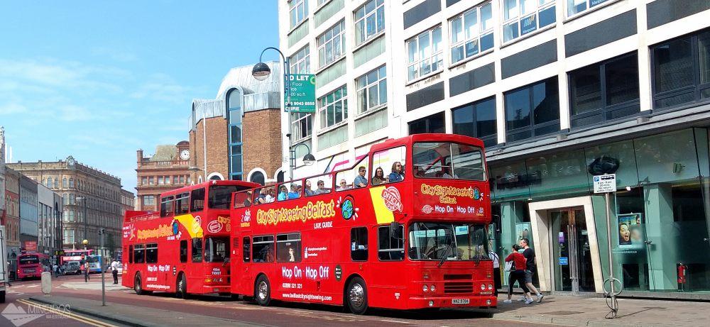 Vale a pena usar o ônibus turístico em Belfast? Nós gostamos e listamos 12 facilidades em utilizar em serviço.