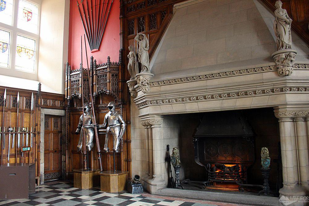 O Castelo de Edimburgo, a atração mais visitada na capital da Escócia, destaca-se na paisagem e contém diversas edificações.