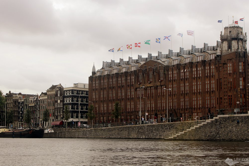 A melhor maneira de se familiarizar com Amsterdam é fazendo um passeio de barco pelos seus canais, que são Patrimônio Mundial da Unesco.