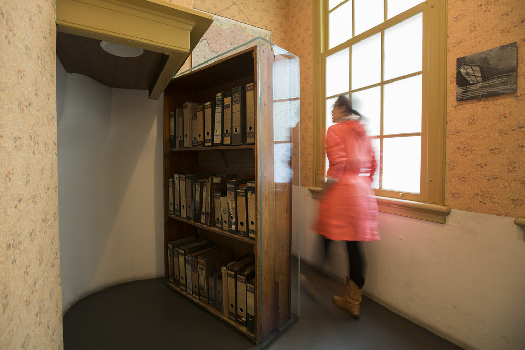 Como é a visita à casa onde Anne Frank e sua família se esconderam dos nazistas, em Amsterdam. Foi nesse local que ela escreveu um diário, que foi publicado anos mais tarde.