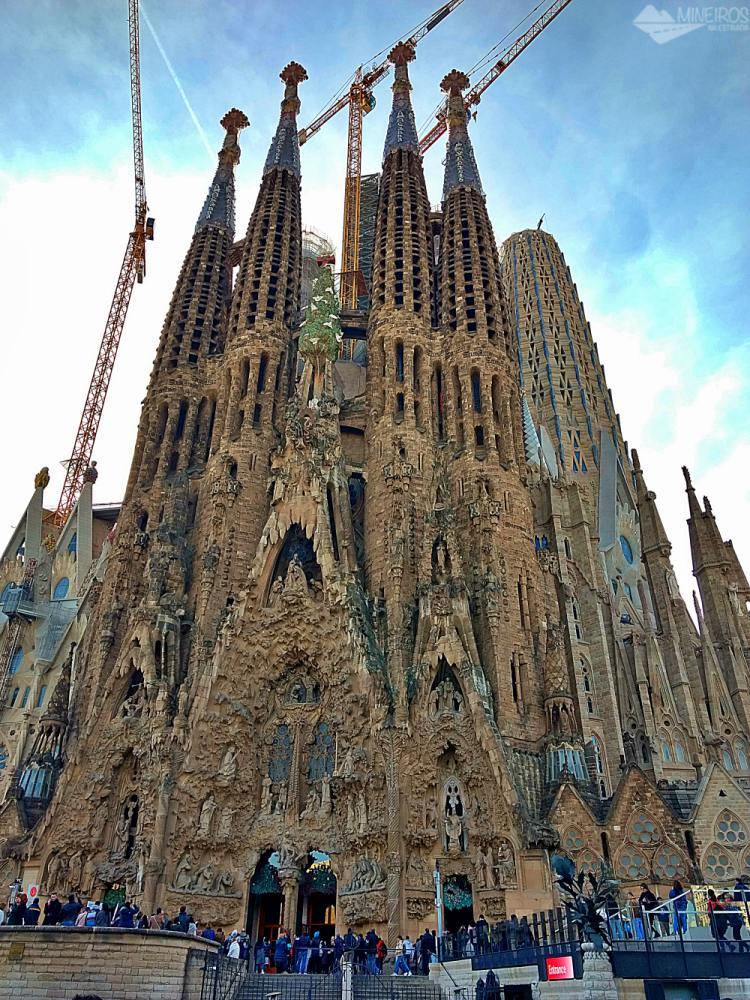 Precisa de ajuda para montar seu roteiro para Barcelona? Veja neste post o que fazer em 4 dias na cidade. Uma sugestão é a Sagrada Família.
