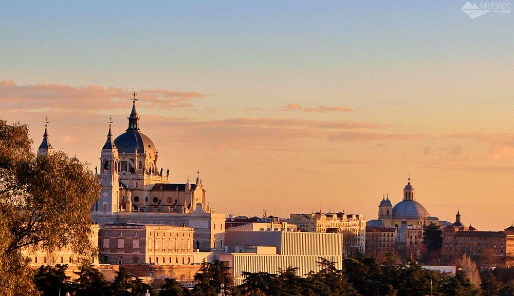 Catedral de la Almudena vista do Mirador de la Montaña de Príncipe Pío, próximo ao Templo de Debod