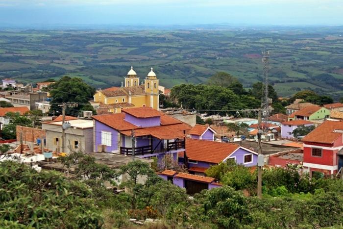 Com suas casas de pedra e vista das montanhas de Minas, São Thomé das Letras vai encantar você. Veja o que fazer, como chegar, onde ficar e mais.