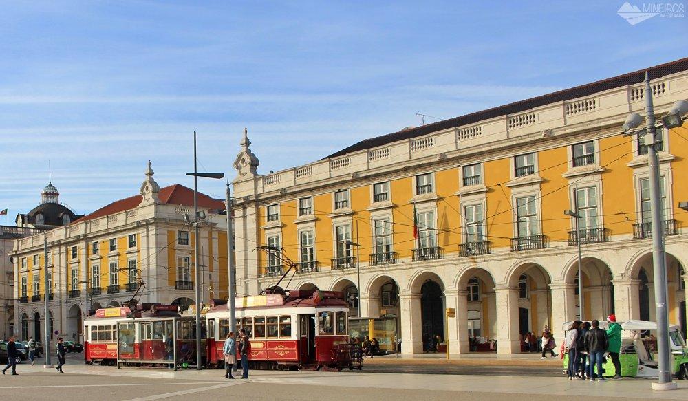 Elétricos na Praça do Comércio - Lisboa