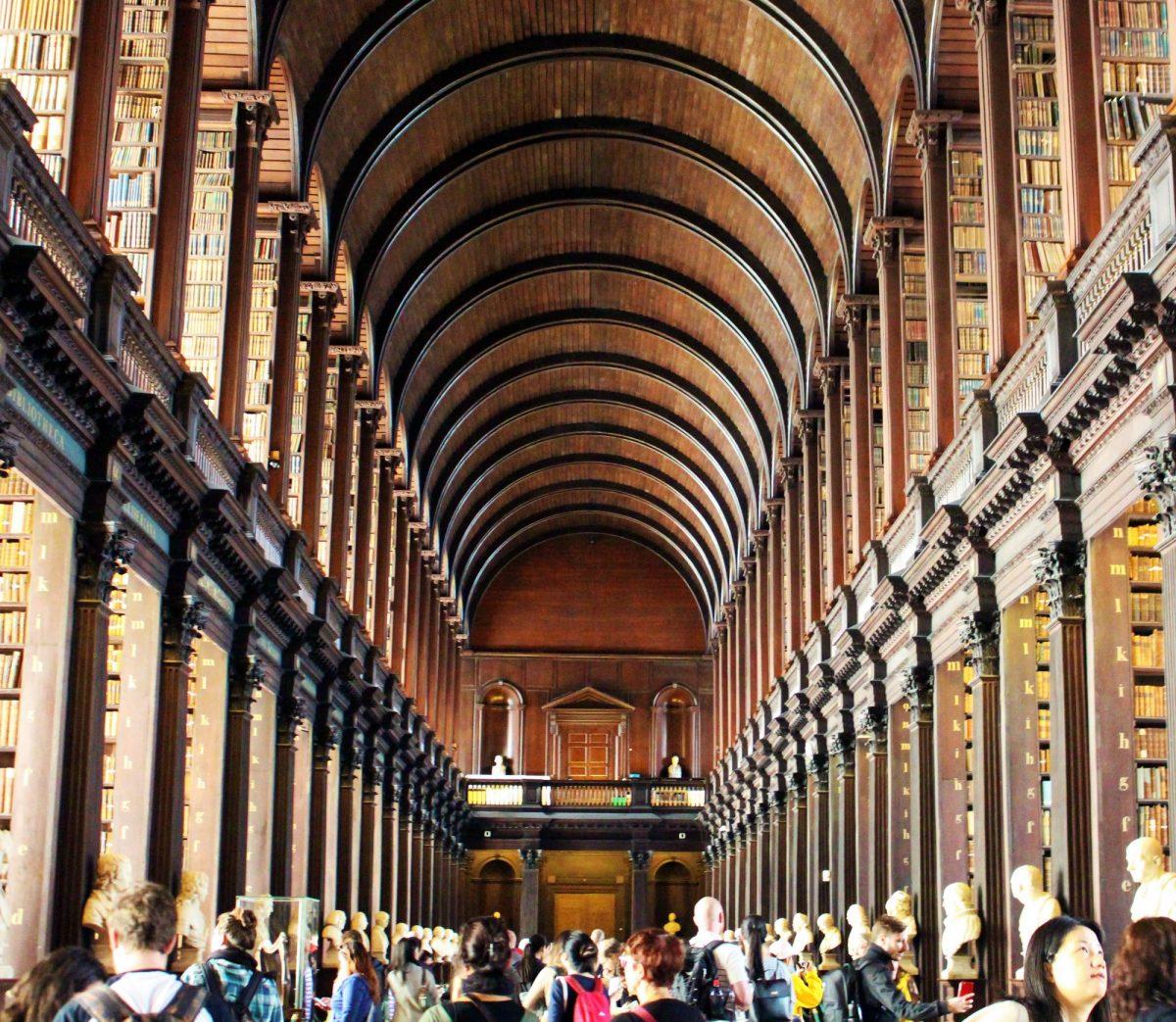 Conheça uma das bibliotecas mais lindas do mundo e um dos mais valiosos e supreendente livros, o Book of Kells.