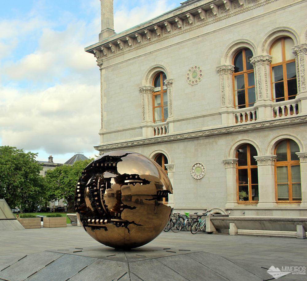 Escultura Esfera Dentro da Esfera (Sphere Within Sphere), de Arnaldo Pomodoro, na Trinity College.
