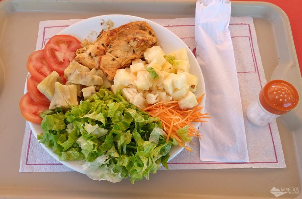 almoço no passeio de escuna Paraty