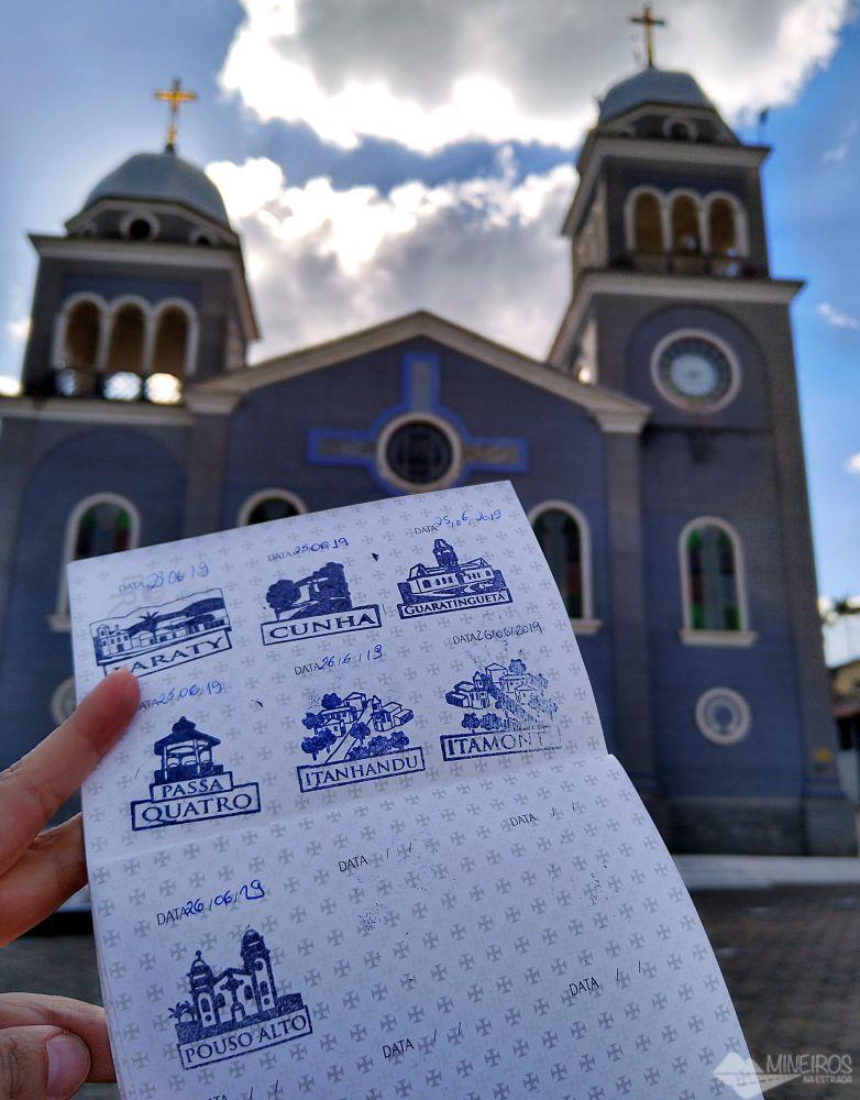 Com nosso passaporte da Estrada Real na Igreja Matriz de Pouso Alto