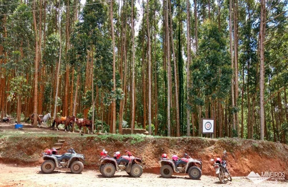 Quadriciclos, cavalos e área do arco e flecha, na Fazenda Radical, em Monte Verde, Minas Gerais.