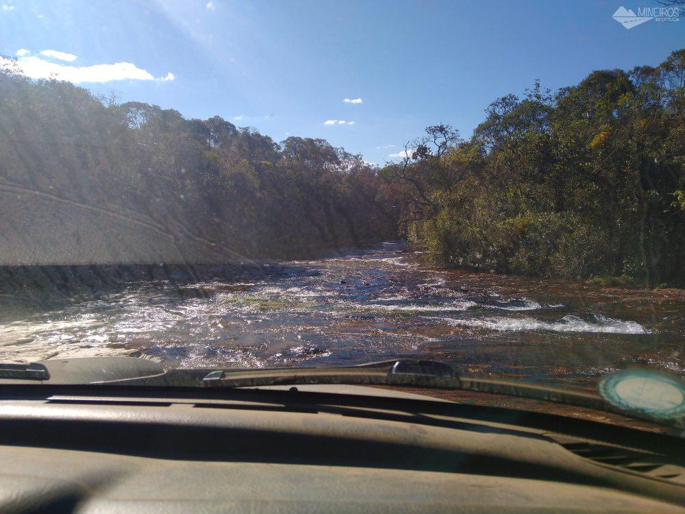 Atravessando o rio de 4x4