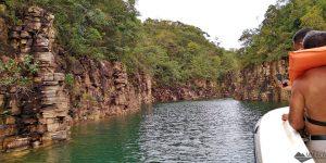 Capitólio: Como é o passeio de lancha pelo Lago de Furnas